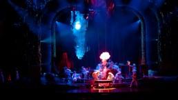 Des éclairs vidéos sont synchronisés avec des effets d'éclairage sur scène. (Photo: Cirque du Soleil)