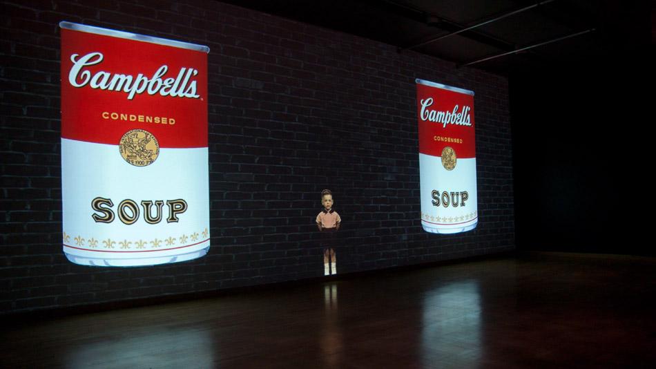 L'exposition propose un environnement multimédia immersif.