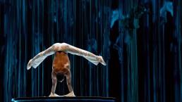 Des acrobates sont ajoutés au décor par la vidéo. (Photo: Cirque du Soleil)