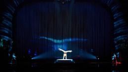 La silhouette de l'acrobate est projetée en temps réel avec un effet de vapeur fluide. (Photo: Simon Pelletier)