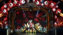 Des clowns vidéos chantent dans l'arche du décor, synchronisés à la musique