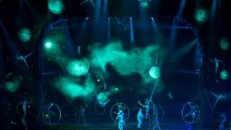 Des acrobates sont ajoutés en vidéo au décor. (Photo: Simon Pelletier)