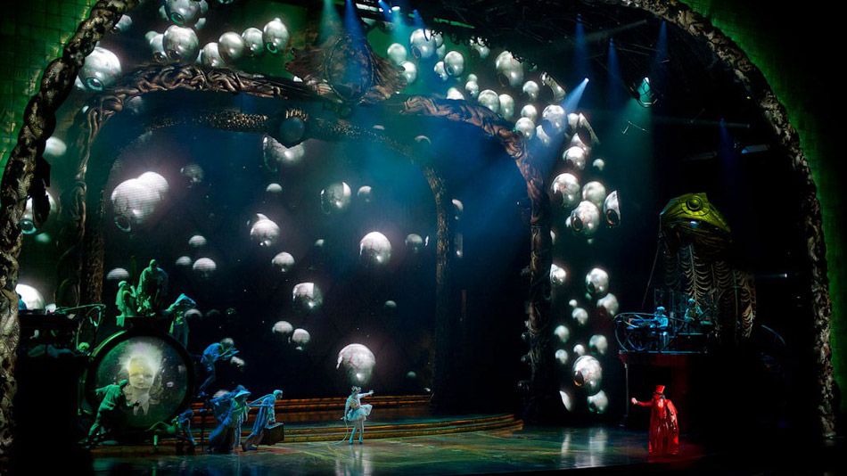 The 3D eyes follow the action on stage.  (Photo: Cirque du Soleil)