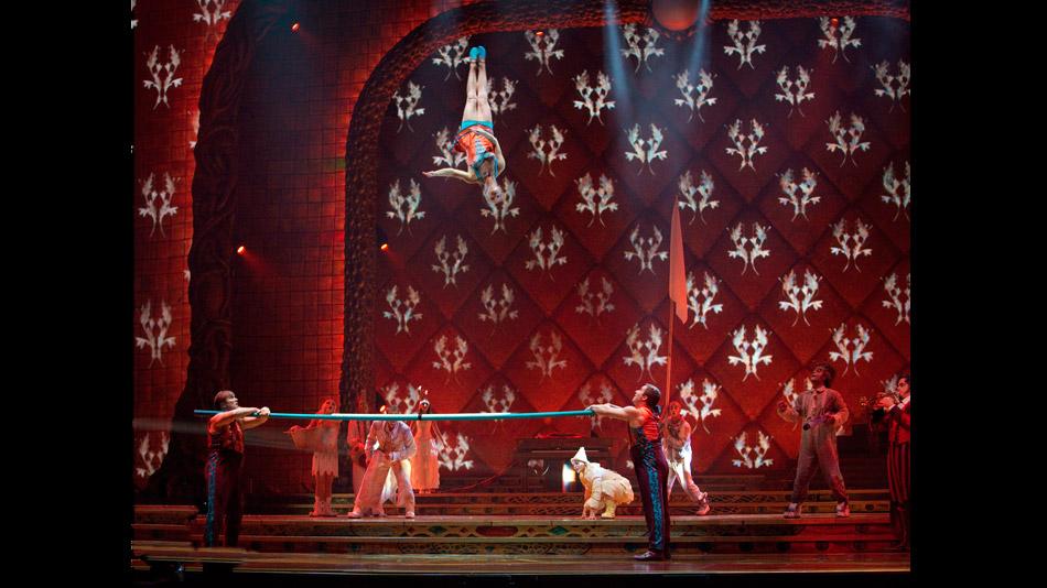 La vidéo transforme la scène en coffret à bijoux. (Photo: Cirque du Soleil)