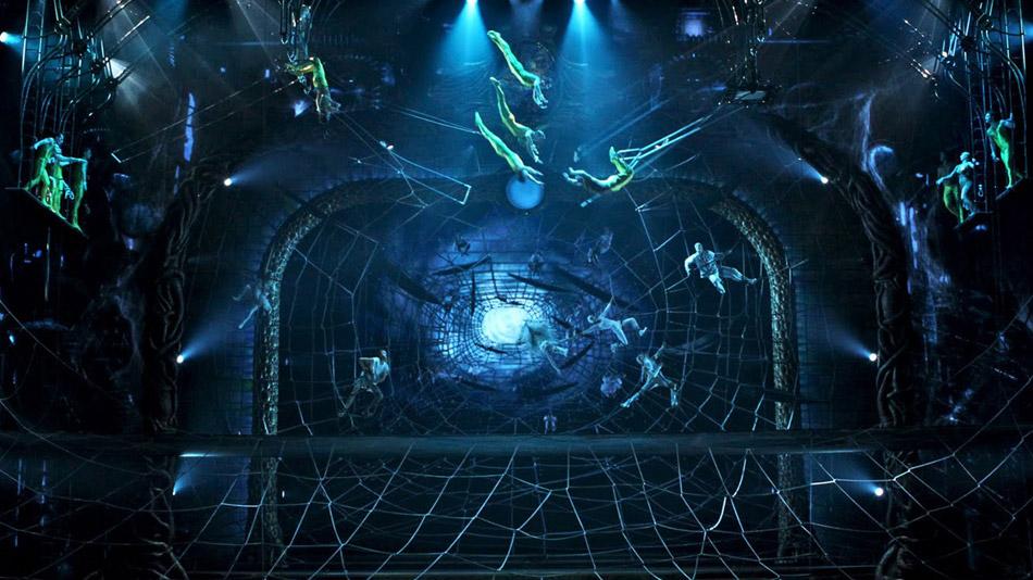 La vidéo ajoute une perspective infinie au décor du trapèze. (Photo: Cirque du Soleil)
