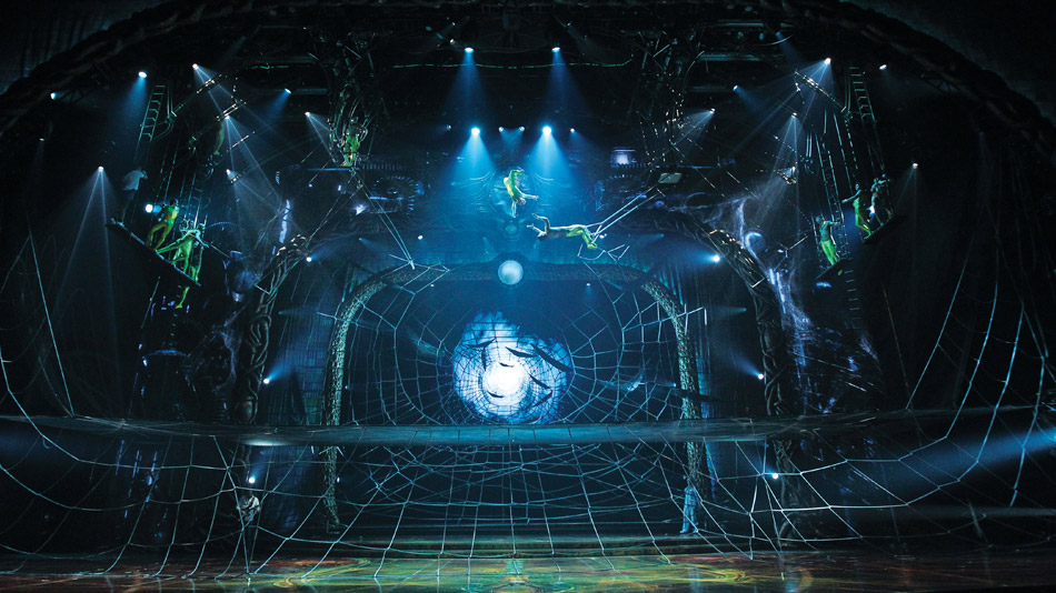 Le décor vidéo interagit avec le décor réel. ((Photo: Cirque du Soleil)