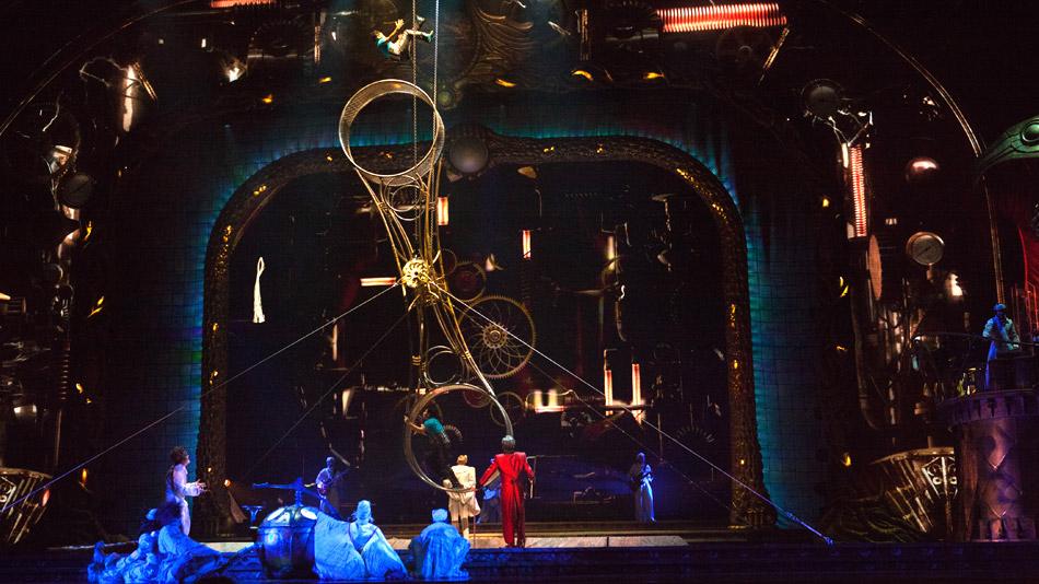 Le mouvement des engrenages vidéos est contrôlé en direct par la roue de la mort. (Photo: Cirque du Soleil)