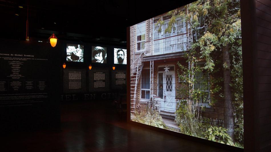En entrant dans la salle, le spectateur est enveloppé par le son et les images.