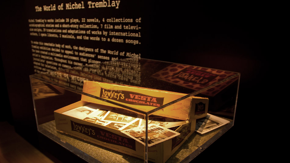 Dans une boîte de chocolat héritée de sa mère, quelques rares souvenirs de famille de Michel Tremblay.